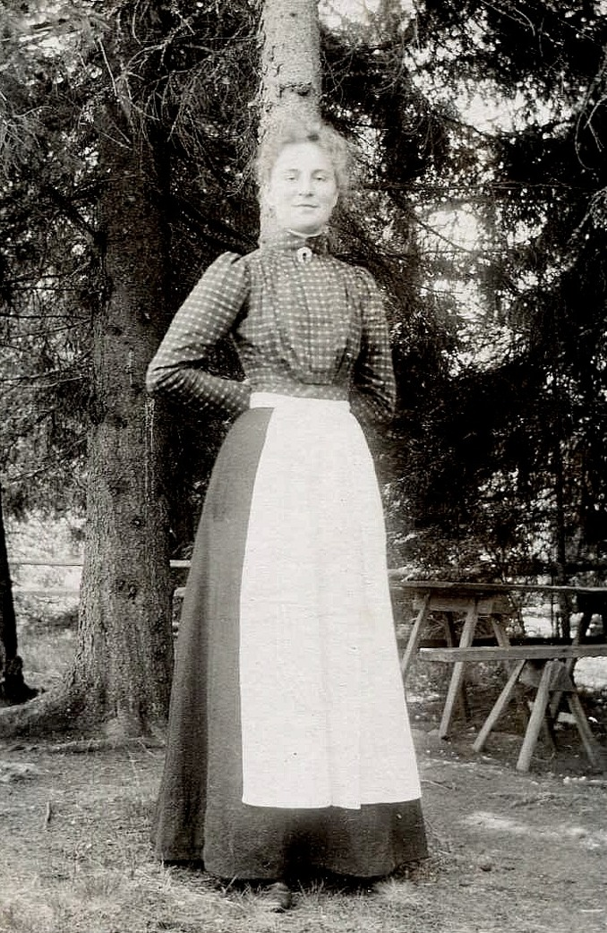 Fotot taget på Kinnekulle, där Ellen tillsammans med sin syster Elin bedrev severing i Utsiktstornet av bl a Vermouth och kex 1911 - 1917