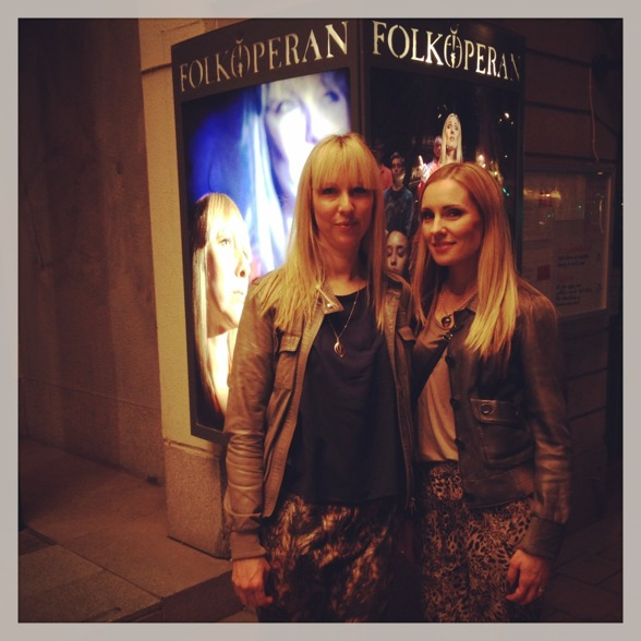 Janna Vettergren and Hannah Holgersson by the big banner of St Matthew Passion, at Folkoperan!