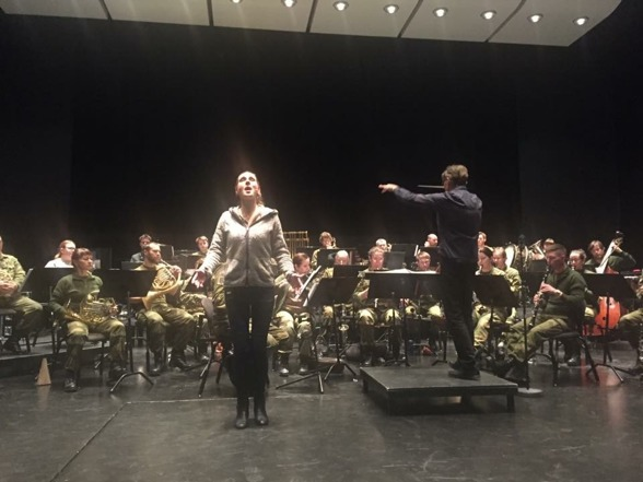 Hannah Holgersson, Forsvarets Musikkorps Nord-Norge and conductor Hannu Koivula rehearsing in Harstad Kulturhus