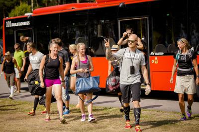 Foto:karlstadswimrun.se;Bussen och några kombattanter.