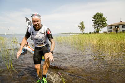 foto:karlstadswimrun.se; Fredrik upp mot land efter långsimmet