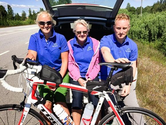 Mitt fantastiska serviceteam/hejarklack:    Dotter, fru, svärson iklädda snajsiga Team Demnert-tröjor