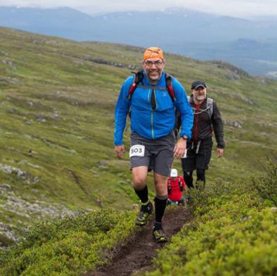 Stefan Lodestad och jag på väg uppför en av Ottfjällets höjder. Foto: AXA Fjällmaraton