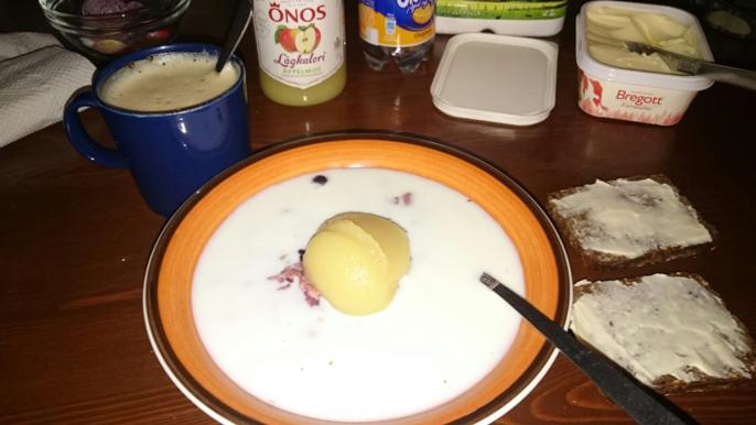 Årets frukost bestod i supergröt med äppelmos, pulvercappucchino och två rågsmörgåsar