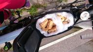 Ramväskan kan då packas med godsaker som salta cashewnötter och energibars i munsbitar.