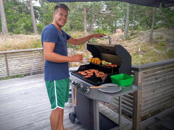 Grill-Fredrik ordnar till bespisningen kvällen innan