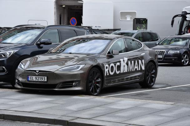 Rockman Swimruzs sponsor Tesla Motors had their car picked up outside the hotel.