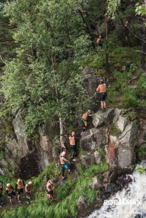 Den första klättringen efter första simningen gick bredvid ett vattenfall. Det var brant, lerigt, smärtsamt och magiskt.  Foto: Matti Rapila Andersson
