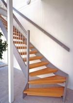 """Öppen L-trappa med steg i klarlackad ek. Övrigt i täckmålad furu. Räcke """"Rock"""", med spjäla nr: 11 i rostfritt stål."""