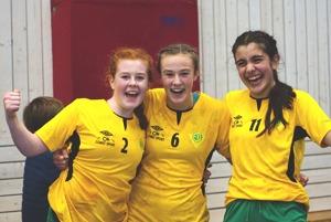 Fjellhammer Från venster: Jenny Bjørvik (Linje) , Sanna Betten (venster back) , Sara Benterud (Linje), Foto & text:  Arild Hagen