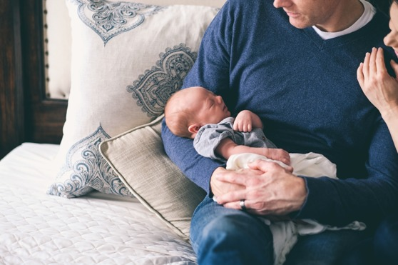 Öronmärkta pappadagar leder till att fler pappor stannar hemma, men situationen är långt ifrån jämställd. Foto: Andrew Branch/Unsplash.