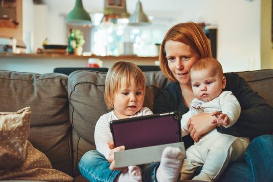 Många mammor jobbar deltid för att vara hemma med barnen. Foto: Alexander Dummer/Unsplash.