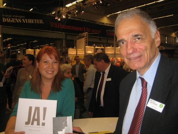 Jag och Ralph Nader vid signeringsbordet hos vårt förlag Voltaire Publishing.