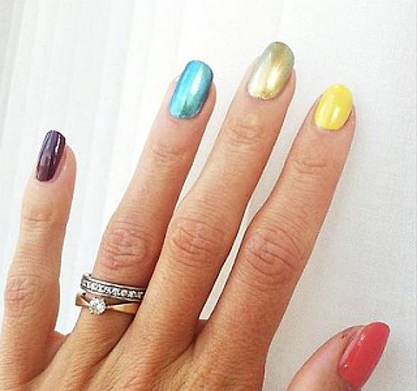 Nagellack för mänskliga rättigheter? Yes, we like!     Sommarens mest kända manikyr tillhör Emma Green Tregaro. Foto: http://instagram.com/emmagreentregaro