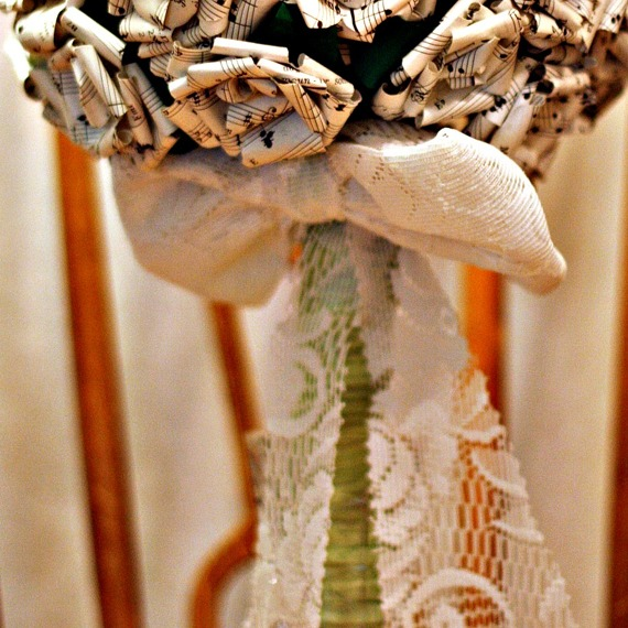 Gör egen rosett av spets. Foto & Design: Heidi Kronholm