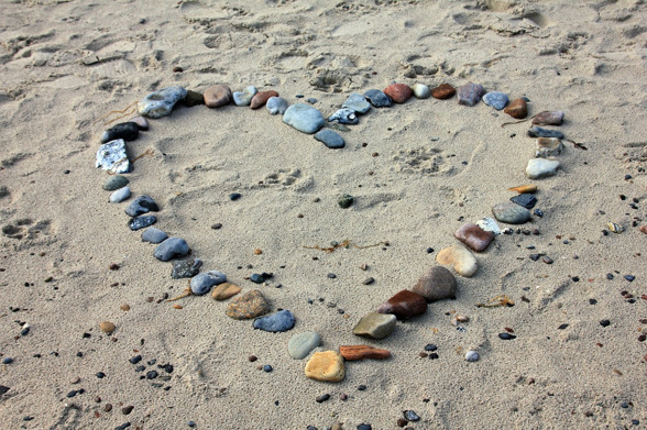 Foto: Pixabay, hjärta av stenar, strand, hjärta i sanden.