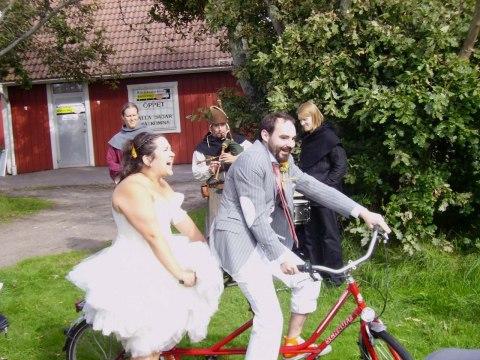Sara & Daniel valde att anlända med tandemcykel till vigseln