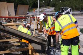 Här håller vi på att gjuta nya fogar på en av broarna mot Nynäshamn.