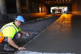 Peter inspekterar den nya slitytan under en av broarna på E4:an.