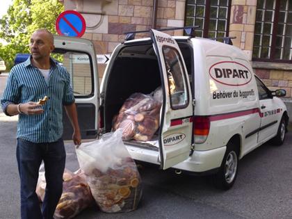 Dino har i sin Dipartbil hämtat bröd och passar på att besöka oss
