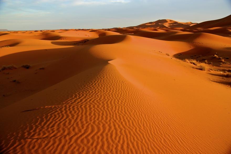 """""""Marockoresans största upplevelse var att vakna i gryningen, ge sig upp på en sanddyn och beskåda soluppgången, då Sahara färgas gyllenröd."""