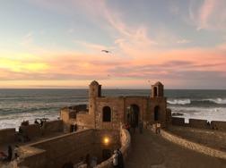 Solnedgången i Essouira från restaurant El Mares takterrass. Marockoresan.se kan tipsa om fler njutbara platser.