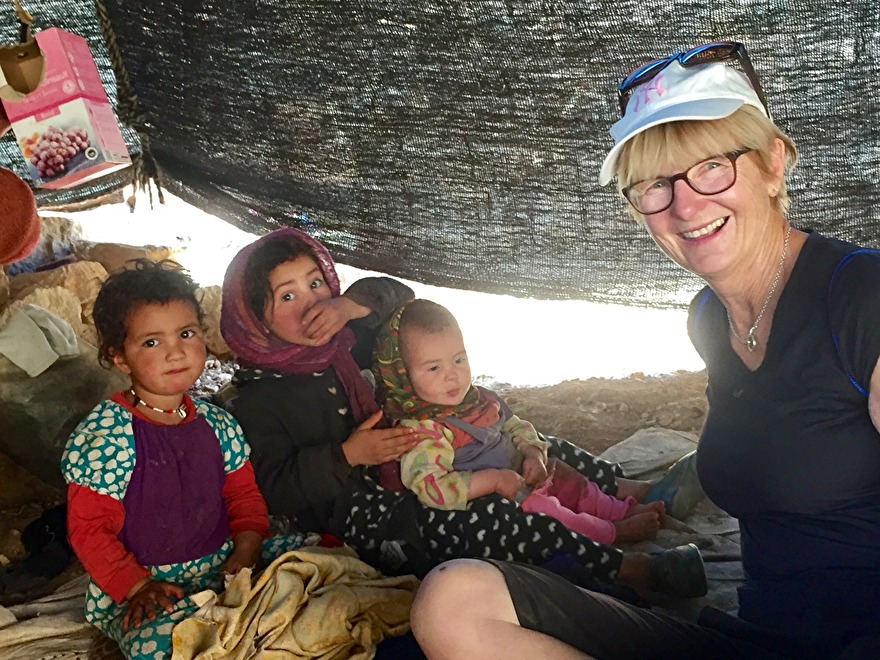 Under resan Marocko på riktigt gör vi en vandring i Toudraravinen och besöker en nomadfamilj i deras tält. marockoresan.se