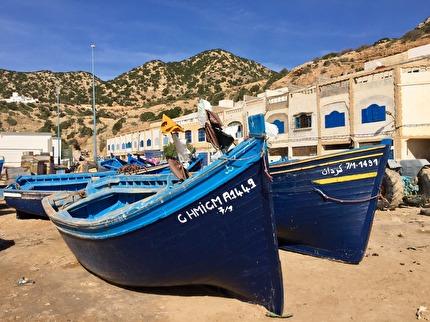 Tafedna är en fiskeby några mil söder om Essaouira. Här dras fiskebåtarna upp på land för att sälja sin fångst. Köp en som ser god ut och låt Ahmed grilla den.  marockoresan.se