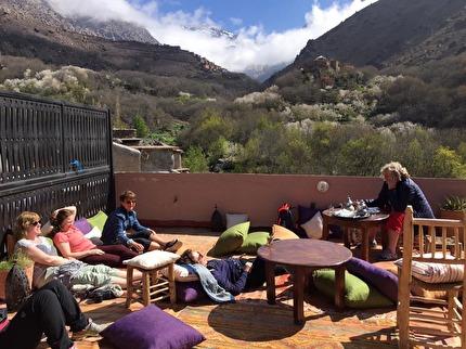 Utsikten från hotellets takterrass är värd en resa från Marrakech. Marockoresan har engelsktalande vandringsguider i Atlasbergen.
