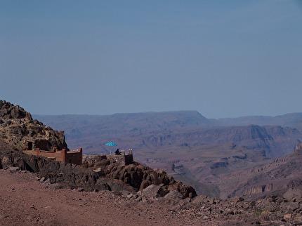 Efter någon timme på grusvägar i Saghrobergen hittar vi en gite! där du kan få rum för natten, äta lunch eller dricka te!