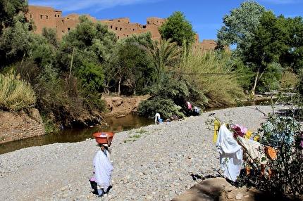 Berberkvinnor tvättar kläder. Möt dem under Marockoresans tur