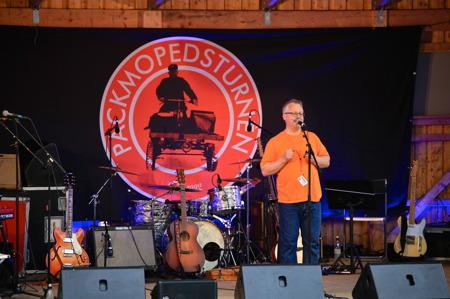 Hembygdsföreningens ordförande Rikard Ohlin hälsade alla välkomna till Sillerud och konserten med årets artister i Packmopedsturnén.