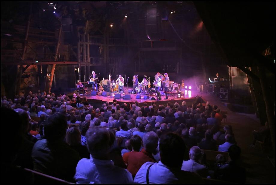 Magnus Stinnerbom & Västanå Orchestra med vänner på stora scenen i samband med Västanå Folk Festival.