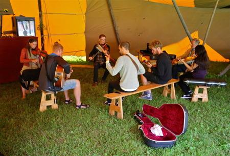 Man kunde höra toner från olika workshops och intima konserter.