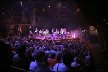 Så var det dags för Magnus Stinnerbom & Västanå Orchestra med vänner att dra igång konserten.