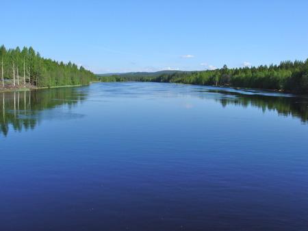 Norska Trysilelva flyter lungt ner mot kraftverket i Lutnes där vattnet fortsätter ut i Höljessjön.