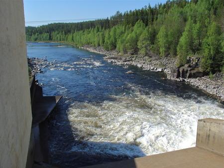 Vid kraftverksdammen i Lutnes på norska sidan gränsen släpps vattnet från Trysilelva ut i Höljessjön.