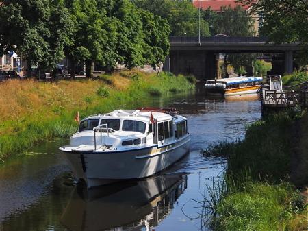 En Båtbuss lämnar hållplatsen vid Café Slussvakten i Pråmkanalen - foto Peter Labraaten.