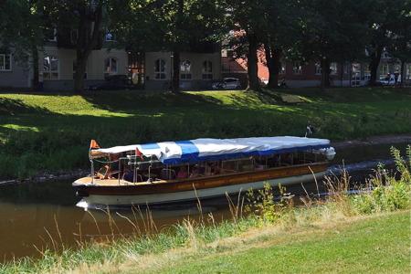 Pråmkanalen och en av Båtbussarna som trafikerar vattenvägarna i Karlstad - foto  Peter Labraaten.