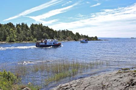 Luröbåten går tom runt viken till Luröbryggan, där båten ligger under dagen i väntan på återfärd till Ekenäs.
