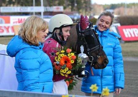 Cecilia Karlsson och Micklo Nick efter segern i ponnyloppet.