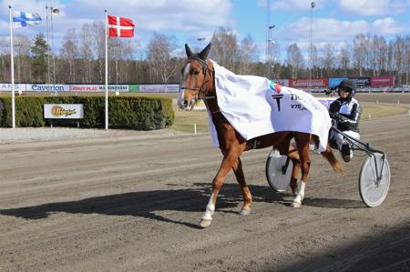 Olympiska elden anländer med häst och kusk.