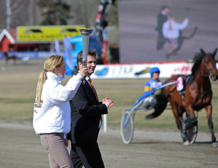 Sara Algotsson Ostholt bär fram eldfacklan.