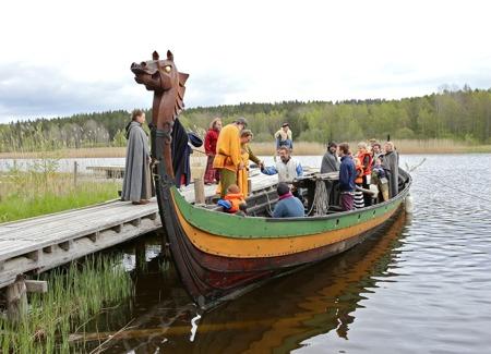 Bröllopsparet går ombord på Skeppet Glad.