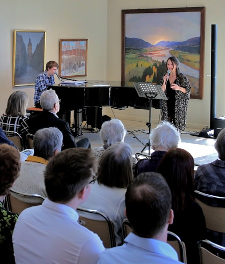 28 mars 2015 - I samband med Stefan Rydéens och Anne Nilssons vernissage framförde elever från Ingesunds Musikhögskola tre musikstycken.