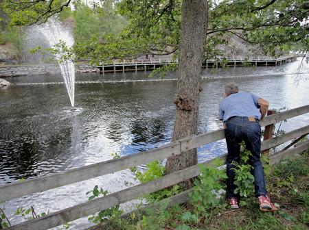 Thomas Wassberg inviger fontänen i kanalen.