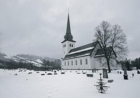 Dalby kyrka och i bakgrunden syns den alpina skidanläggningen i Branäs By.