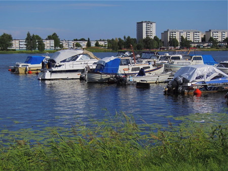 Stadsnära småbåtshamn vid Marieberg, med bostadsområdet Orrholmen i bakgrunden.