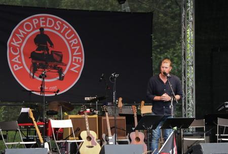 Oscar Magnusson, ägare av Kulturhuset Sliperiet, hälsade publiken och artisterna välkomna till konserten.