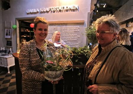 Verksamhetsledaren Linn Sönstebö Mossberg fick blommor och lyckönskningar på premiärdagen.